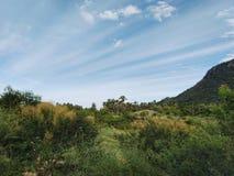 Rayos soñadores de la nube sobre la montaña imagen de archivo