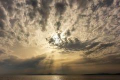 rayos solares beautifulsky de la puesta del sol del beautifulview del seaatsunset fotografía de archivo libre de regalías