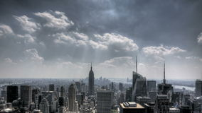 Rayos solares céntricos y nubes de NYC