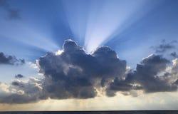 Rayos solares debajo de las nubes Fotos de archivo libres de regalías