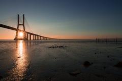 Rayos solares hermosos en Vasco de Gama Bridge en Lisboa Ponte Vasco de Gama, Lisboa, Portugal foto de archivo