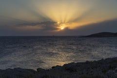 Rayos solares sobre el mar adriático en Croacia Imagenes de archivo
