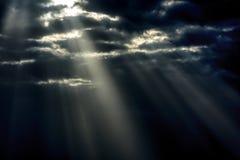 Rayos solares a través de las nubes gris oscuro Fotografía de archivo libre de regalías