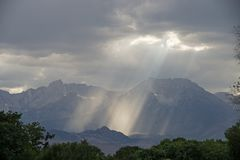 Rayos solares y montañas fotos de archivo libres de regalías