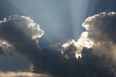 Rayos a través de las nubes Fotos de archivo libres de regalías