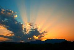 Rayos y nubes de la puesta del sol fotografía de archivo