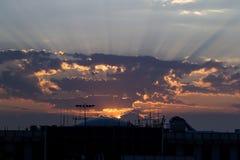 Rayos y nubes de Sun fotografía de archivo libre de regalías