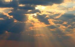 Rayos y nubes de Sun Foto de archivo libre de regalías