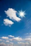 Rayos y nubes de Sun en el cielo fotografía de archivo
