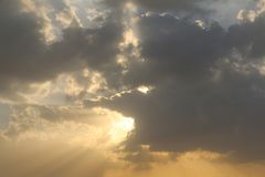 Rays dramatisk bl? himmel f?r soluppg?ng med den orange solen avbrott till och med molnen mot bakgrund field bl?a oklarheter f?r  arkivbild