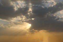 Rays dramatisk bl? himmel f?r soluppg?ng med den orange solen avbrott till och med molnen mot bakgrund field bl?a oklarheter f?r  royaltyfria foton