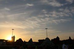 Rays dramatisk bl? himmel f?r soluppg?ng med den orange solen avbrott till och med molnen mot bakgrund field bl?a oklarheter f?r  arkivbilder