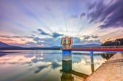 Rays il tramonto sulle dighe idroelettriche fotografia stock