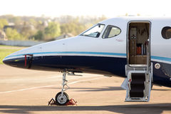 Raytheon 390 aerei primi di affari 1A sul parcheggio Fotografie Stock Libere da Diritti