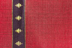 Rayure bleue sur la soie thaïlandaise conçue rouge Photos stock