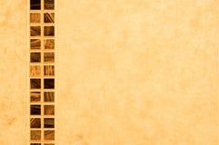 Rayure des tuiles sur le mur de salle de bains Image libre de droits