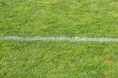 Rayure horizontale blanche sur le terrain de football artificiel Image stock