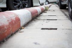 Rayures blanches et rouges sur le trottoir image stock