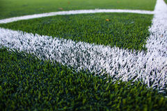 Rayures blanches sur le terrain de football Énergie faisante le coin Photographie stock libre de droits
