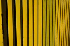 Rayures d'abrégé sur barrière en métal jaune Photographie stock