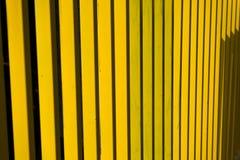 Rayures d'abrégé sur barrière en métal jaune Photo stock