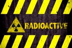 Rayures de noir de risque de jaune de mot de symbole de danger de rayonnements ionisants radioactifs ou d'énergie nucléaire peint image libre de droits