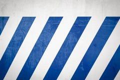Rayures diagonales bleues sur un mur images stock