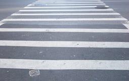 Rayures noires et blanches de passage pour piétons Images libres de droits
