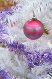 Rayures rouges de scintillement d'argent d'ornement de boule d'arbre de Noël blanc Photos libres de droits