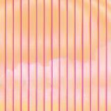 Rayures verticales multicolores sur un fond orange-clair comme contexte image libre de droits