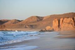 Raz Al Jinz Strand am Sonnenaufgang lizenzfreie stockfotos