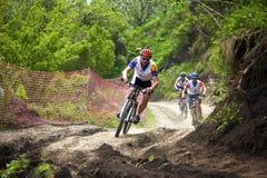 Raza a campo través de la bici de montaña Imagen de archivo