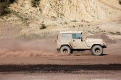 Raza campo a través del jeep foto de archivo