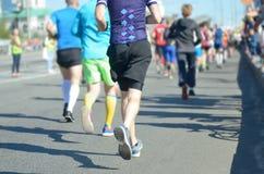 Raza corriente del maratón, muchos pies de los corredores en competir con de camino, competencia de deporte Fotos de archivo