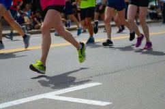 Raza corriente del maratón, muchos pies de los corredores en el camino, deporte, aptitud y forma de vida sana Fotografía de archivo