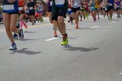 Raza corriente del maratón, muchos pies de los corredores en el camino, deporte, aptitud y forma de vida sana Fotos de archivo