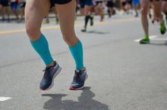Raza corriente del maratón, muchos pies de los corredores en el camino, deporte, aptitud y forma de vida sana Foto de archivo libre de regalías