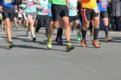 Raza corriente del maratón, muchos pies de los corredores en el camino, deporte, aptitud y forma de vida sana Imagenes de archivo