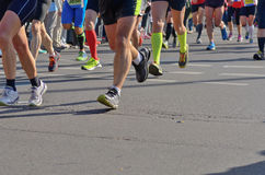 Raza corriente del maratón, pies de los corredores en el camino, deporte, aptitud y forma de vida sana Imagenes de archivo