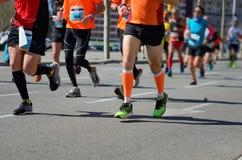 Raza corriente del maratón, pies de los corredores en el camino, deporte, aptitud y forma de vida sana Imágenes de archivo libres de regalías