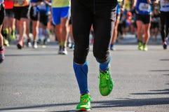 Raza corriente del maratón, pies en el camino, deporte, concepto de los corredores de la aptitud Fotos de archivo libres de regalías
