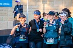 Raza de Australia UTA11 del Ultra-rastro El grupo de mujeres celebra su éxito en el final de la raza fotos de archivo libres de regalías