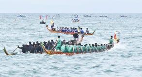 Raza de barco de dragón en el mar Imagen de archivo