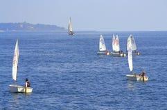 Raza de barcos de navegación de las adolescencias Fotos de archivo