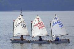 Raza de barcos de navegación de los adolescentes Imagen de archivo
