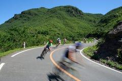 Raza de ciclo en el camino de la montaña imagenes de archivo