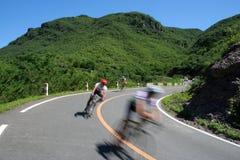 Raza de ciclo en el valle de la montaña imágenes de archivo libres de regalías