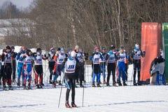 Raza de esquí Los esquiadores en el comienzo alinean antes del comienzo de la raza Rusia Berezniki 11 de marzo de 2018 fotografía de archivo libre de regalías