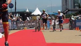 Raza de la bici del Triathlon Hombres de funcionamiento con las bicicletas almacen de video
