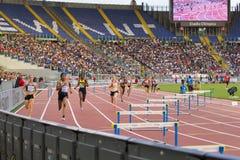 raza de la mujer del obstáculo de 400 m imagen de archivo libre de regalías